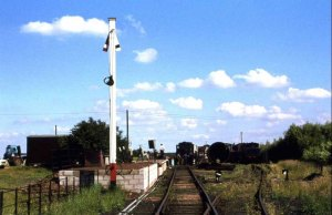 Brownhills West Station in 1978, including the signal with the slotted post.